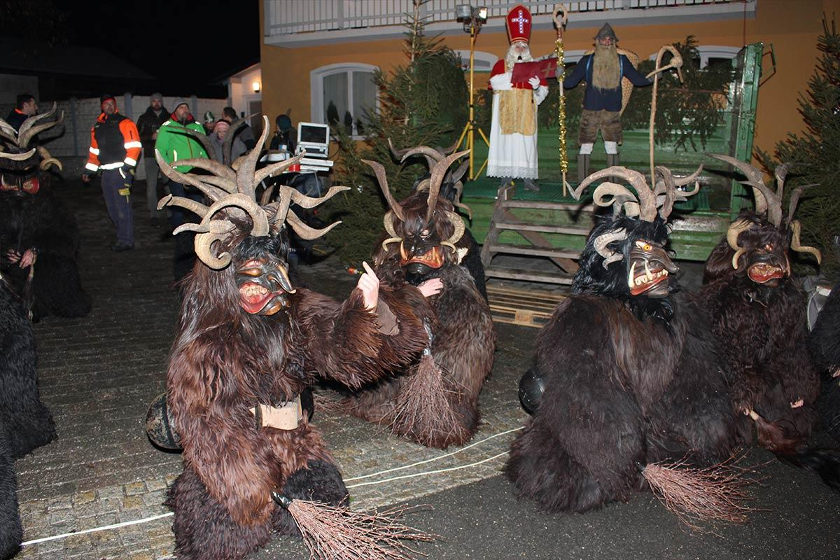 Traditioneller Krampusrummel in Embach